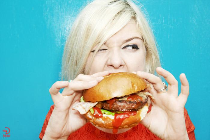 خوردن بیش از حد پروتئین در سفر