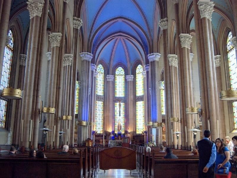 کلیسا ها، مسجد ها و کنیسه های خیابان استقلال